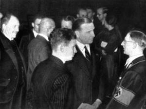 Karl d'Ester, Helmut Fischer, Walther Heide (von links) und der Münchner Oberbürgermeister Karl Fiehler (November 1935, Quelle: Zeitungswissenschaft 12. Jg.)
