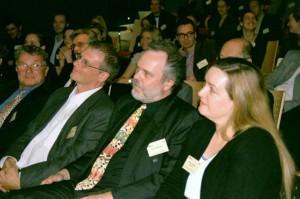 Lutz Erbring mit Hans-Bernd Brosius, Günter Bentele und Romy Fröhlich auf der DGPuK-Jahrestagung 2002 in Dresden (Foto: Michael Meyen)