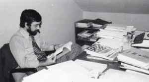 Jürgen Wilke am Schreibtisch 19XX (Foto: Y)