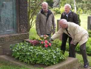 Blumen am Grab von Bruno Schoenlank (LVZ-Chefredakteur von 1894 bis 1901), Leipzig 2009. Frank Stader, Werner Bramke, Siegfried Schmidt (von links, Foto: Jürgen Schlimper)
