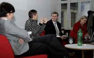 Die Chefredakteurinnen (v.l.) Ursula Fraefel (Thurgauer Zeitung), Colette Gradwohl (Landbote) und Catherine Duttweiler (Bieler Tagblatt) im Interview mit Roger Blum (Quelle: Blum 2010)
