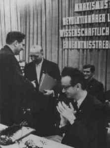 Gründung der Sektion Journalistik am 31. Januar 1969. Werner Lamberz gratuliert Emil Dusiska. Rechts: Gregor Schirmer, Vize-Minister für das Hoch- und Fachschulwesen (Foto: ADN/Zentralbild, Busch; Quelle: Privatarchiv Karl-Heinz Röhr).