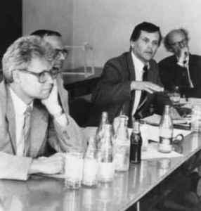Diskussion an der Sektion Journalistik 1990. Hans Poerschke (links) und Klaus Preisigke. Im Hintergrund: Günter Rager (Quelle: Privatarchiv Klaus Preisigke).