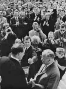Schlüsselübergabe in der Komischen Oper Berlin, 1966. Oberbauleiter Walter Schwarz (links) und Intendant Walter Felsenstein. Mit dem Mikrofon in der Mitte: TV-Reporter Klaus Preisigke (Foto: Zentralbild/Franke, Privatarchiv Klaus Preisigke).