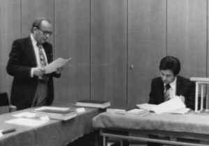 Wolfgang Rödel verliest ein Gutachten. Sitzend: Karl-Heinz Röhr (Quelle: Privatarchiv Karl-Heinz Röhr).