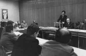Karl-Heinz Röhr bei der Verteidigung seiner Promotion B 1987. Rechts neben ihm: Siegfried Schmidt. Auf dem Wandbild: Ministerpräsident Willi Stoph (Quelle: Privatarchiv Karl-Heinz Röhr).