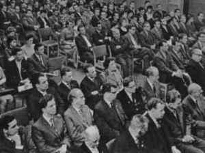 6. Mai 1963: Die Fakultät für Journalistik macht Gerhart Eisler zum Ehrendoktor. Ganz vorn von links: Arnold Hoffmann, Franz Knipping, ?, Hans Teubner. Werner Michaelis sitzt ganz rechts am Rand (Foto: Herbert Bessiger; Quelle: Privatarchiv Werner Michaelis).