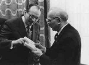 Werner Michaelis (links) gratuliert Emil Dusiska zum Geburtstag (Quelle: Privatarchiv Werner Michaelis).