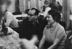 Werner Michaelis mit seiner Frau Ulla bei einem Schlachtfest, das die Kollegen Klaus Thielicke und Fred Vorwerk organisiert hatten (um 1970; Quelle: Privatarchiv Werner Michaelis).