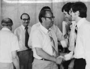 Wolfgang Rödel gratuliert Wulf Skaun zur Verteidigung der Dissertation. Im Hintergrund: Wolfgang Tiedke (2. von rechts) und Wolfgang Wittenbecher (2. von links). Verdeckt: Uwe Boldt und Emil Dusiska (ganz links). 16. Juli 1976 (Quelle: Privatarchiv Wulf Skaun).