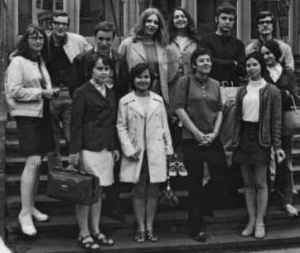 Leipziger Journalistikstudenten 1969. Rechts oben Wulf Skaun, neben ihm Wolfgang Tiedke. Vor den beiden mit Korb: Daniela Gerstner (später Zimmer, noch später Dahn; Quelle: Privatarchiv Wulf Skaun).