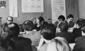 Wulf Skaun (im Präsidium in der Mitte) als Moderator einer Studentenkonferenz. Links neben ihm: Emil Dusiska und Wolfgang Wittenbecher. 29. November 1974 (Quelle: Privatarchiv Wulf Skaun).