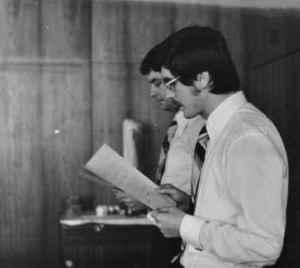 Die Doktoranden Wolfgang Tiedke und Wulf Skaun (vorn) sprechen das Gelöbnis. 16. Juli 1976 (Quelle: Privatarchiv Wulf Skaun).