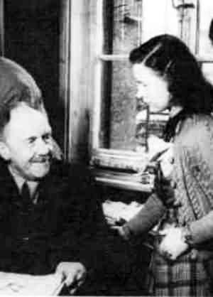 Karl d'Ester im Büro, mit Ilse Kümpfel-Schliekmann, später als »Ponkie« Kritikerin in der Abendzeitung (Quelle: Starkulla/Wagner 1981: Bl. 6)